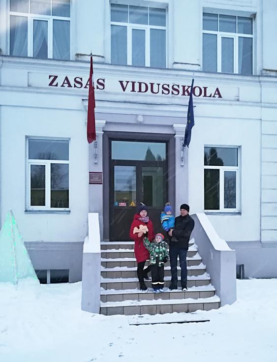 Račkovsku ģimene pie Zasas vidusskolas Zasas pagastā.