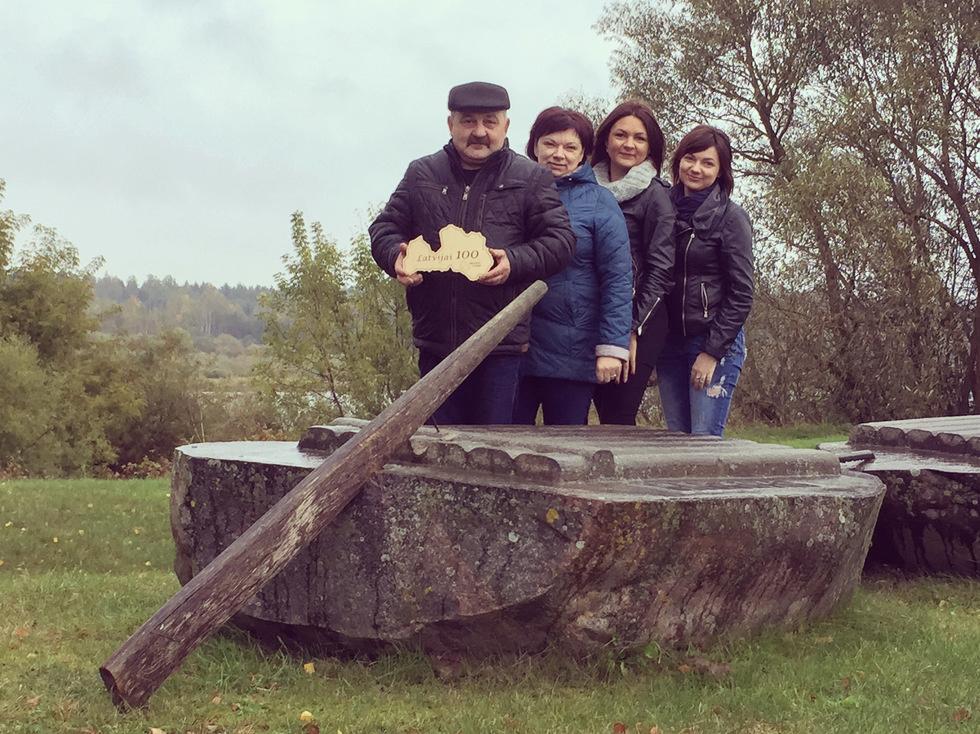 Avotiņu ģimene pie Daugavas plostnieku akmens Dunavas pagastā.